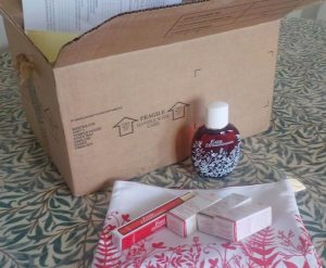 Cardboard box with a bottle of Clarins Eau Dynamisante and samples by it